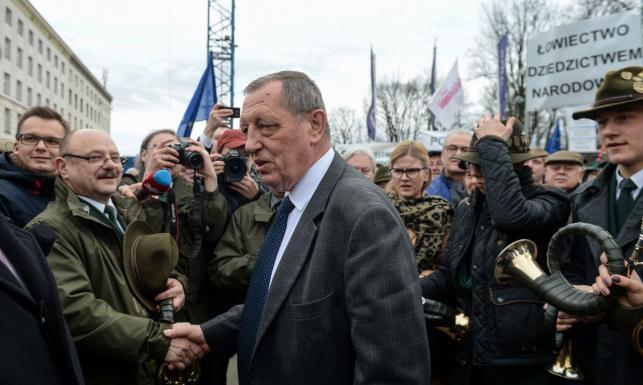 Burzliwa debata nad odwołaniem Szyszki. A przed Sejmem leśnicy manifestowali poparcie dla ministra [ZDJĘCIA]