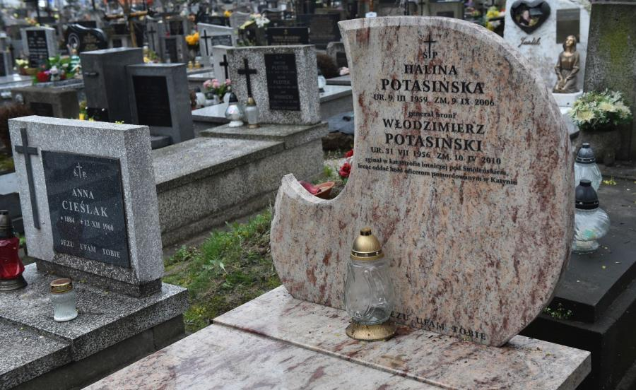 Grób gen. Włodzimierza Potasińskiego na cmentarzu Rakowickim w Krakowie, po zakończeniu czynności ekshumacyjnych