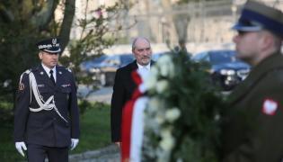 Minister obrony narodowej Antoni Macierewicz złożył wieniec pod tablicą upamiętniającą ofiary katastrofy smoleńskiej, umieszczoną na gmachu resortu