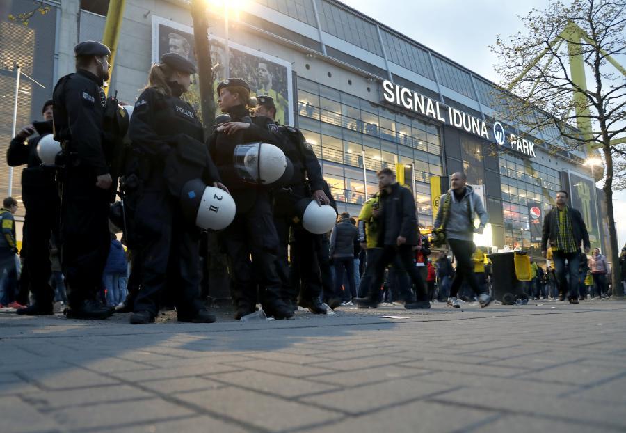 Policja przed stadionem Borussii Dortmund