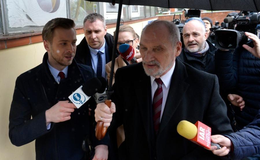 Minister obrony narodowej Antoni Macierewicz (P) rozmawia z dziennikarzami w drodze do siedziby Prawa i Sprawiedliwości przy ul. Nowogrodzkiej w Warszawie