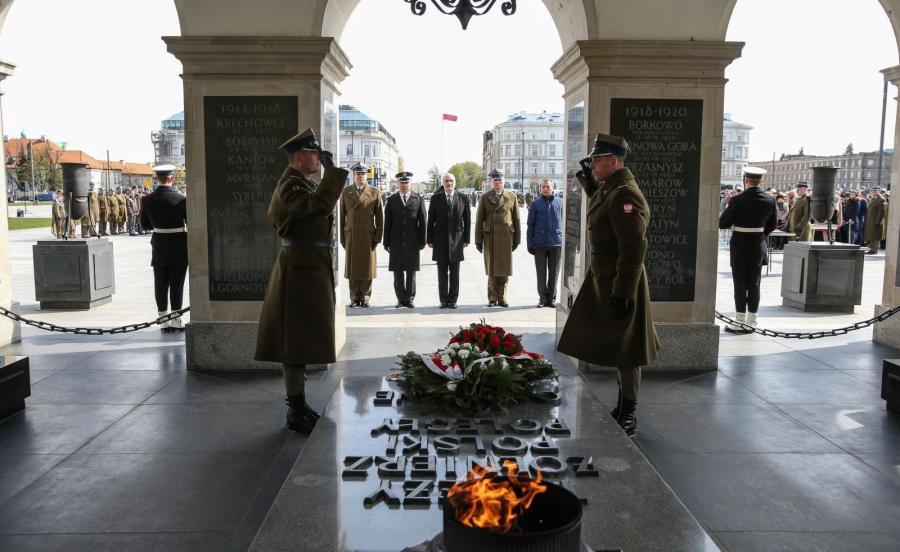Minister obrony Antoni Macierewicz (C) składa kwiaty na Grobie Nieznanego Żołnierza, podczas apelu na placu Piłsudskiego z okazji święta Dowództwa Garnizonu Warszawa