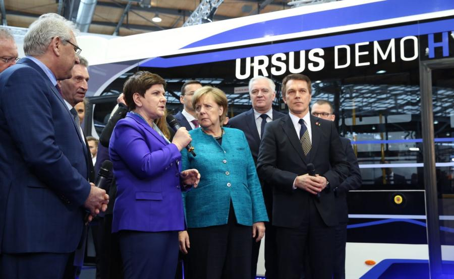Beata Szydło i Angela Merkel na tle wodorowego Ursusa City Smile Fuel Cell Electric Bus