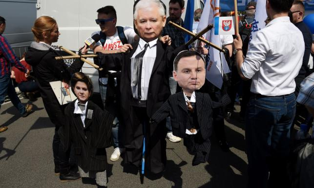 Szydło i Duda jako marionetki Kaczyńskiego, transparenty \