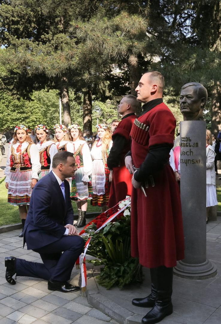 Prezydent Andrzej Duda składa wieniec przed pomnikiem Lecha Kaczyńskiego w Tbilisi