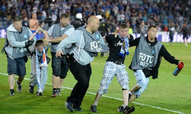 Policja przebrana za fotoreporterów zatrzymała pseudokibiców. Śląscy dziennikarze oburzeni. ZDJĘCIA z zamieszek