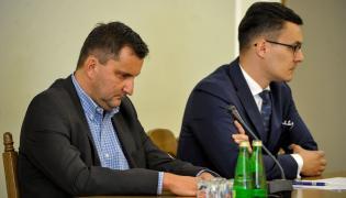 Były prezes zarządu OLT Express Poland oraz OLT Express Regional Andrzej Dąbrowski(L). Obok jego pełnomocnik Bartosz Sierakowski.