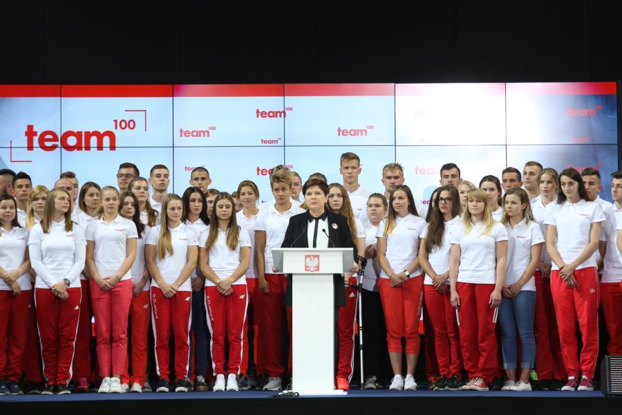 Beata Szydło z młodymi sportowcami