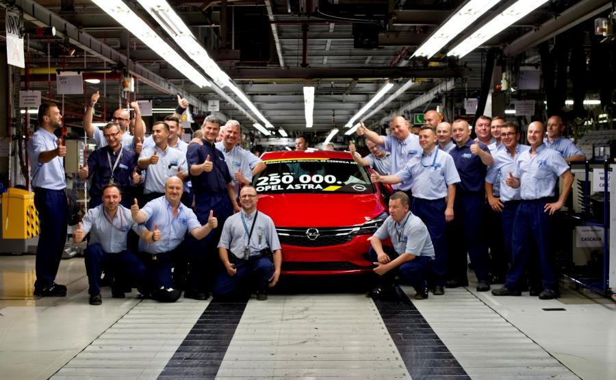 Dokładanie o godzinie 21:00 w fabryce Opla w Gliwicach zjechała nowa astra hatchback numer 250 tys.