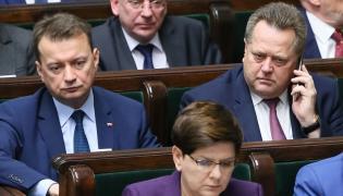 Minister spraw wewnętrznych i administracji Mariusz Błaszczak (L), wiceminister Jarosław Zieliński (2L)