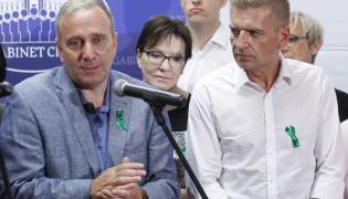 Przewodniczący PO Grzegorz Schetyna (L) oraz posłowie PO Bartosz Arłukowicz (P) i Ewa Kopacz (2P) podczas briefingu prasowego przed posiedzeniem Gabinetu Cieni Platformy Obywatelskiej, 11 bm. w Białowieży.