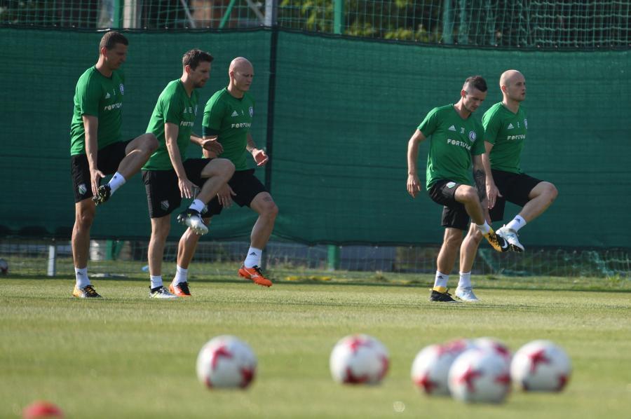Piłkarze Legii Warszawa Maciej Dąbrowski (L), Kasper Hamalainen (2-L), Jakub Czerwiński (C) Krzysztof Mączyński (2-P) i Michał Pazdan (P)
