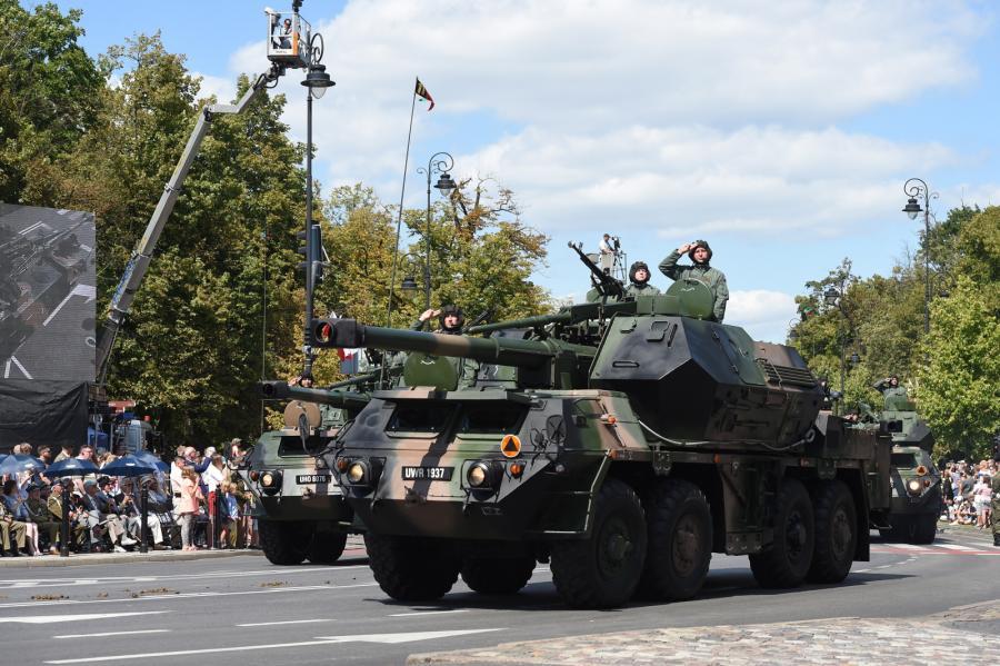 Defilada pojazdów wojskowych na ulicach Warszawy