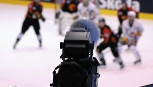 Kamera telewizyjna i mecz hokeja