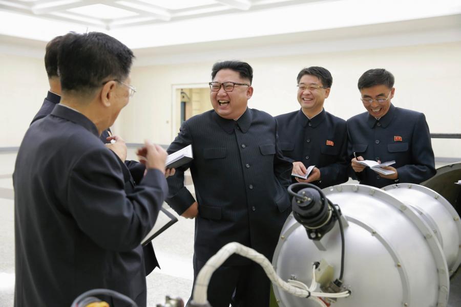 Kim Dzong Un podczas inspekcji nowej broni