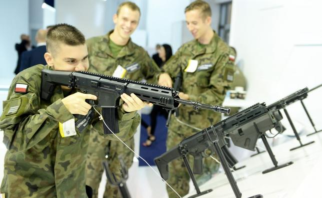 Żołnierz z karabinem Grot (karabin MSBS-5,56, czyli modułowy system broni strzeleckiej kaliber 5,56 mm)