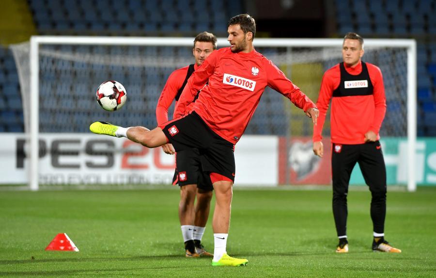 Piłkarze reprezentacji Polski: Bartosz Bereszyński (przód), Karol Linetty (tył) i Piotr Zieliński (P)