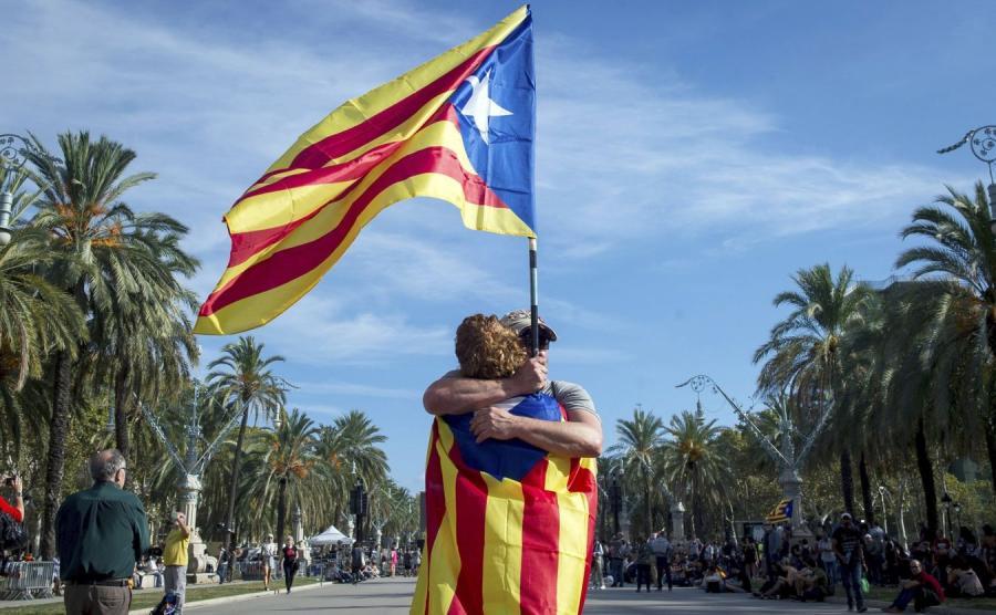 Para z katalońskimi flagami
