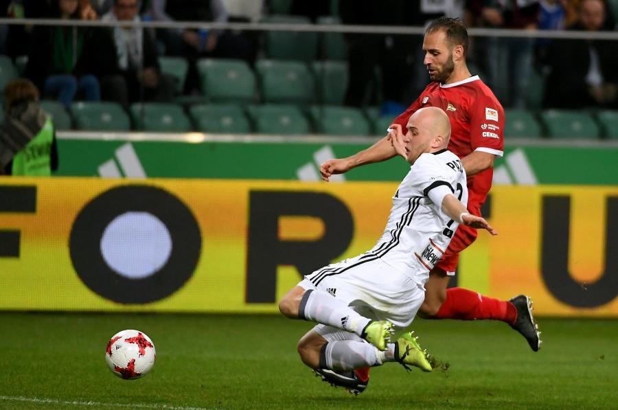 Piłkarz Legii Warszawa Michał Pazdan (przód) i Marco Paixao (tył) z Lechii Gdańsk