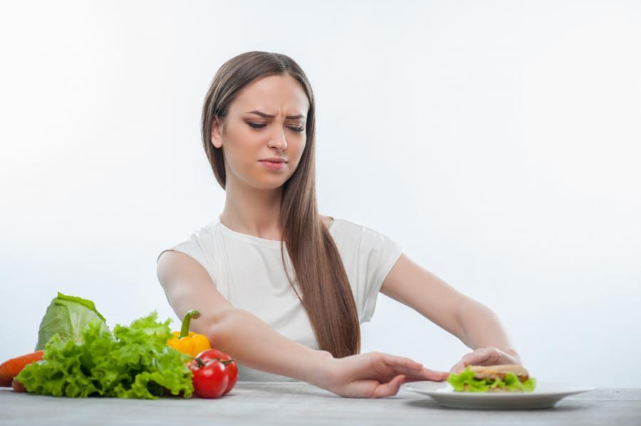 Kobieta rezygnuje z posiłku