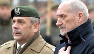 Dowódca WOT gen. Wiesław Kukuła i Antoni Macierewicz