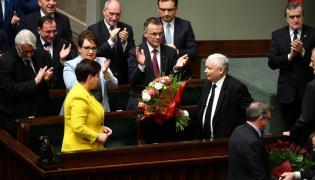Jarosław Kaczyński wręcza kwiaty Beacie Szydło