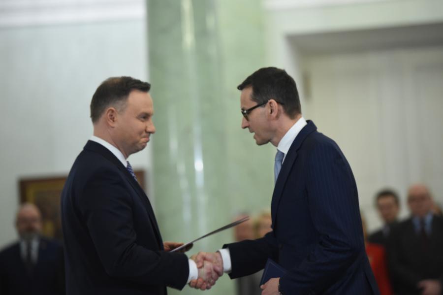 Prezydent Andrzej Duda wręcza akt powołania na stanowisko prezesa Rady Ministrów Mateuszowi Morawieckiemu podczas uroczystości w Pałacu Prezydenckim w Warszawie.