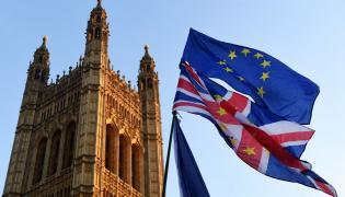 Flagi UE i Wielkiej Brytanii przed parlamentem w Londynie