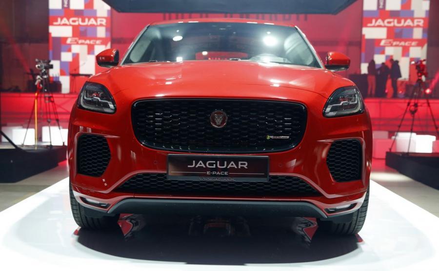 Jaguar dla modeli E-Pace oraz E-Pace R-Dynamic (foto) stworzył pakiety wyposażenia S, SE oraz HSE. Kierowcy mają do wyboru pięć jednostek napędowych - trzy silniki Diesla i dwa benzynowe