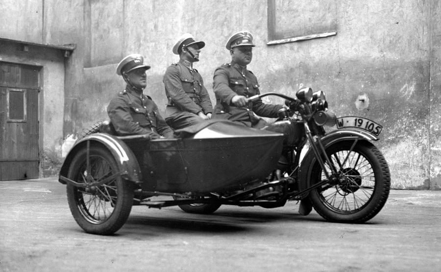 Lata 20. XX wieku. Policjanci na nowych Harleyach już w białych, charakterystycznych dla drogówki czapkach w czasach, kiedy tworzyła się ta formacja
