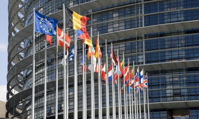 Europarlament po raz pierwszy wywiesi tęczową flagę na masztach. PiS protestuje