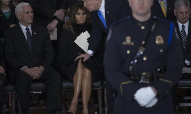 Jego dotyk ją boli? Zagraniczne media mają używkę z TYCH ZDJĘĆ Melanii i Donalda Trumpów