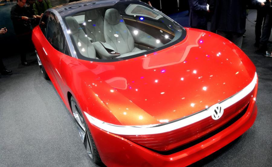Volkswagen I.D. VIZZION pokazuje nowy kierunek stylistyczny aut niemieckiej marki. Nie uświadczysz tu chromu, a znakiem szczególnym są przednie reflektory matrycowe o rozdzielczości 8 tys. pikseli świetlnych, które mogą służyć do wyświetlania przed pojazdem różnych symboli np. wirtualnych pasów wyznaczających przejście dla pieszych