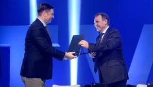 Bokserski promotor Andrzej Wasilewski (L) i prezes TVP Jacek Kurski (P)