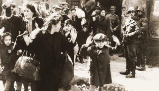 Niemieccy żołnierze pilnują wziętych do niewoli Żydów. Fotografia pochodzi z Raportu Stroopa