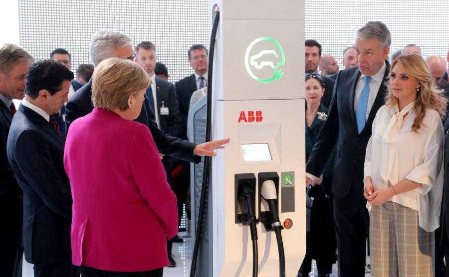 Kanclerz Angela Merkel przed ładowarką Terra HP