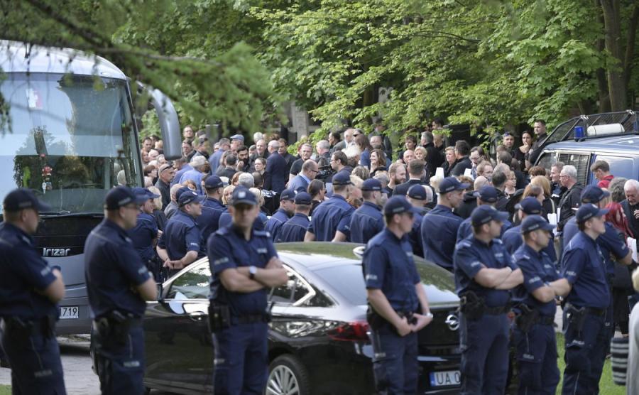 Policjanci na cmentarzu w Gdańsku