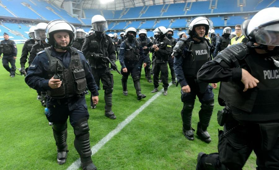 Interwencja policji podczas meczu grupy mistrzowskiej ostatniej kolejki sezonu piłkarskiej Ekstraklasy Lech Poznań - Legia Warszawa