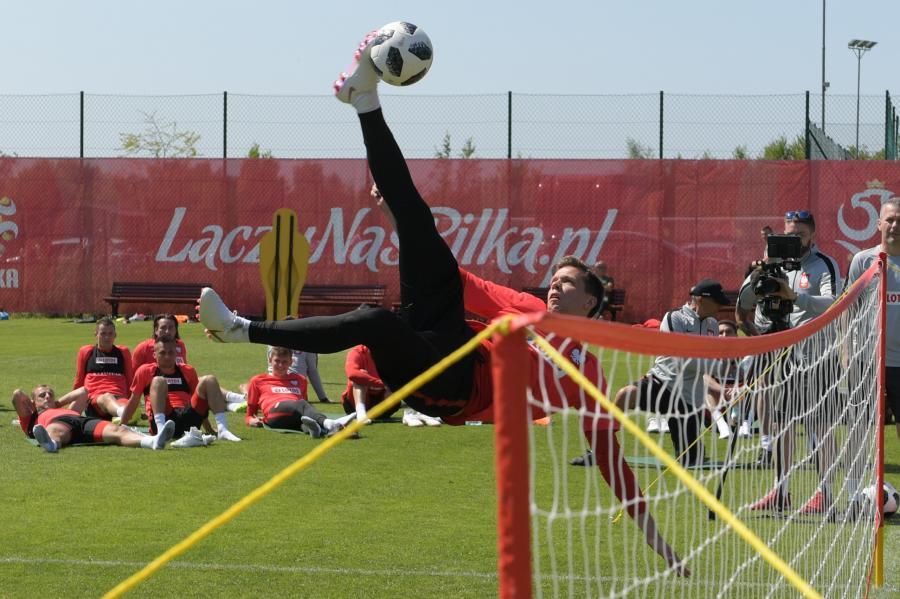 Bramkarz piłkarskiej reprezentacji Polski Wojciech Szczęsny (C) podczas gry w siatko-nogę w trakcie treningu drużyny na obozie regeneracyjnym kadry w Jastarni
