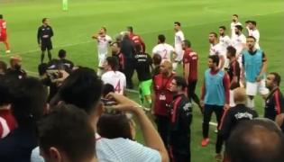 Skandal na meczu Tunezja - Turcja. Cenk Tosun pokazał kibicom gest podcinania gardła