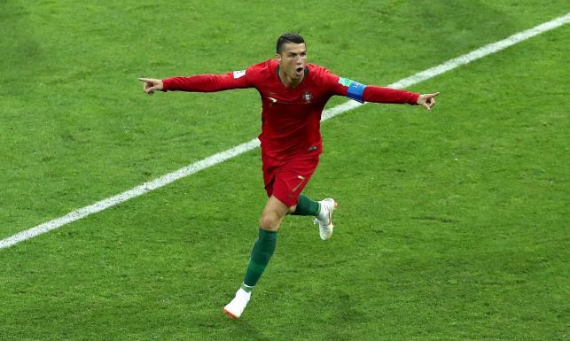 2434201fb W pierwszych minutach spotkania sfaulowany został Cristiano Ronaldo i  arbiter podyktował pierwszą jedenastkę w turnieju w Rosji.