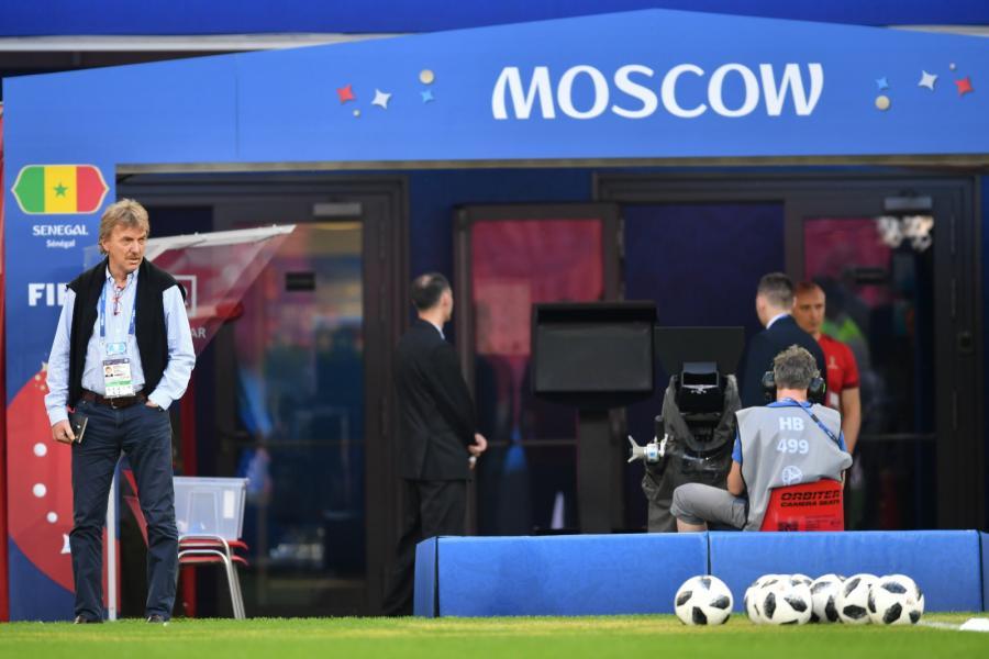 Prezes PZPN Zbigniew Boniek (L) podczas treningu drużyny na boisku Spartaka w Moskwie