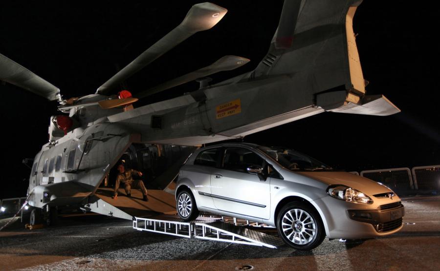 Fiat Punto Evo na pasie startowym lotniskowca Cavour w Zatoce Liguryjskiej