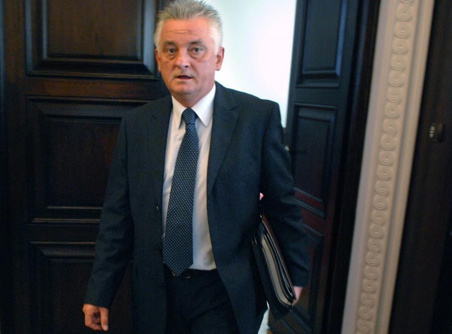 Minister sportu tnie pensje w PL.2012