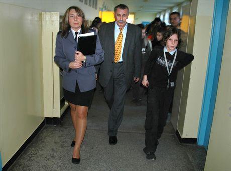 24.11.2006poznan komisje w szkolachn/z dyr SP 70 z pania policjant na szkolnym korytarzufot basia tajl