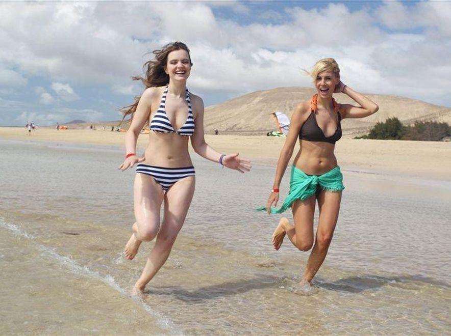 Popielewicz i Niklińska w sesji na plaży. Źródło: Studio69
