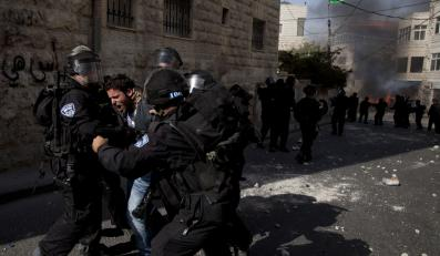 Izraelscy policjanci aresztują palestyńskiego demonstranta