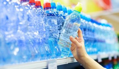 Skażona woda u naszych sąsiadów? Wycofują butelki ze sklepów!