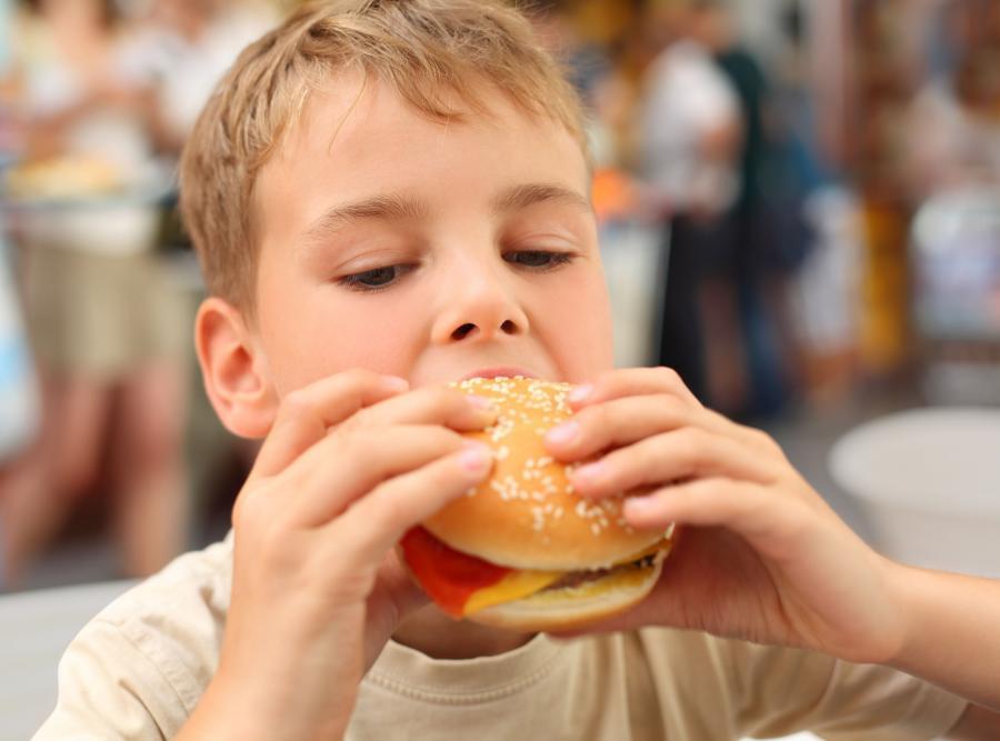 Dziecko z hamburgerem