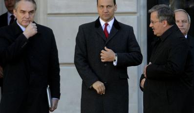 Radosław Sikorski obok Waldemara Pawlaka i Bronisława Komorowskiego